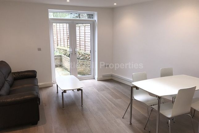 2 bed flat to rent in Grange Park, Ealing, London.