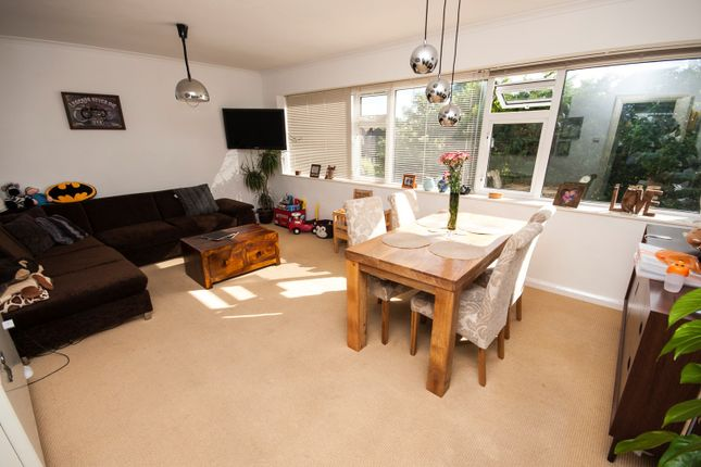 Thumbnail Flat for sale in Hunters Court, Reading