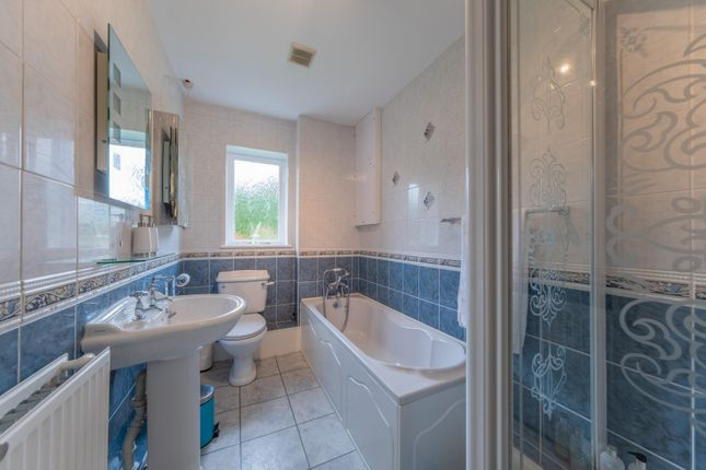 Family Bathroom of Deans Close, Tarvin, Chester CH3