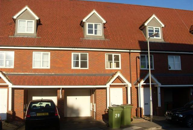 3 bed terraced house to rent in Mansfield Way, Irchester, Northamptonshire