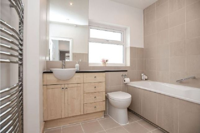 Family Bathroom of Windsor Avenue, Edgware, Greater London. HA8