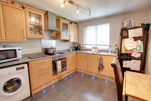 2 bed flat to rent in Henderson Close, Trowbridge BA14
