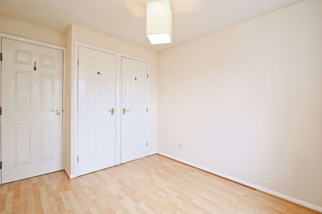 Flat to rent in Heathfield Drive, Mitcham