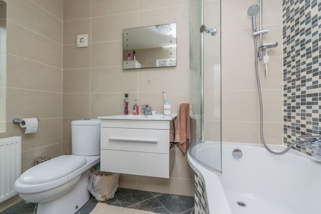 Bathroom of Howden Road, Leicester LE2