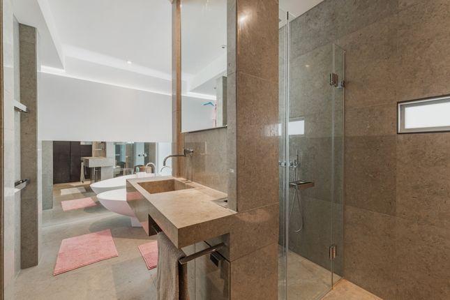 Bathroom of Ontario Tower, Fairmont Avenue, Canary Wharf E14
