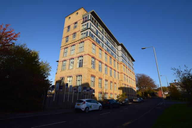 2 bed flat to rent in Dewsbury Road, Elland