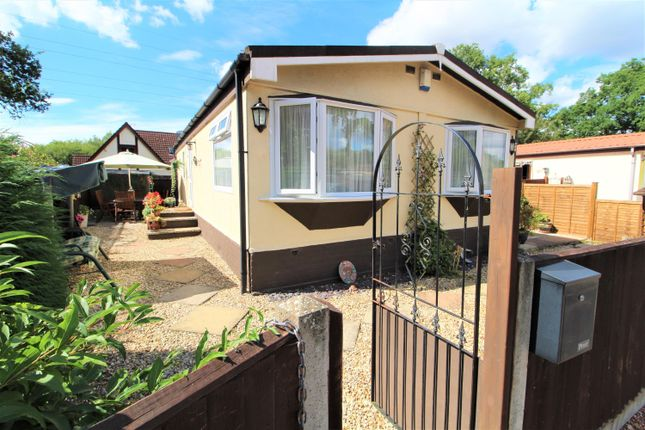 Thumbnail Mobile Park Home For Sale In Lane Finchampstead Wokingham