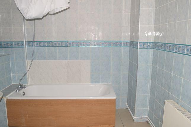 Bathroom of Harvey House, Room 2, Brady Street, London E1