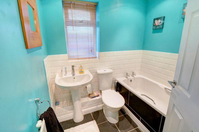 Bathroom of Cranesbill Drive, Broomhall, Worcester WR5