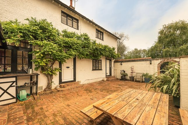 Thumbnail Cottage to rent in Winter Hill, Cookham, Maidenhead