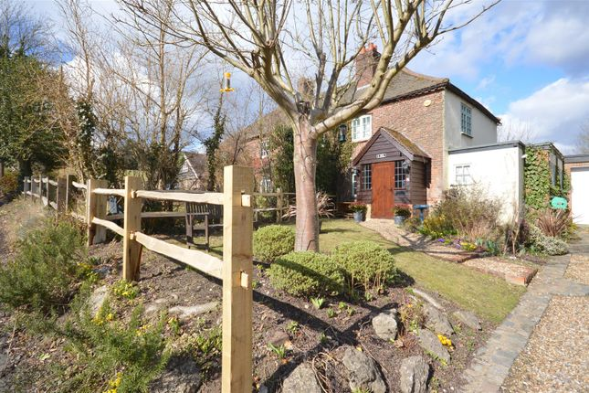 Thumbnail Semi-detached house to rent in Hollymeoak Road, Coulsdon