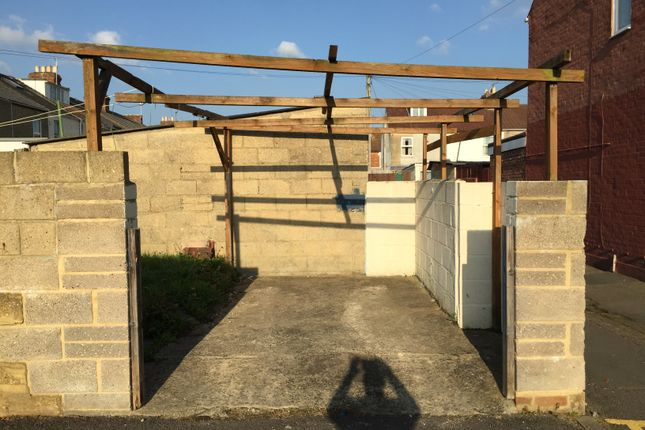 Parking/garage to rent in Elmina Road, Swindon