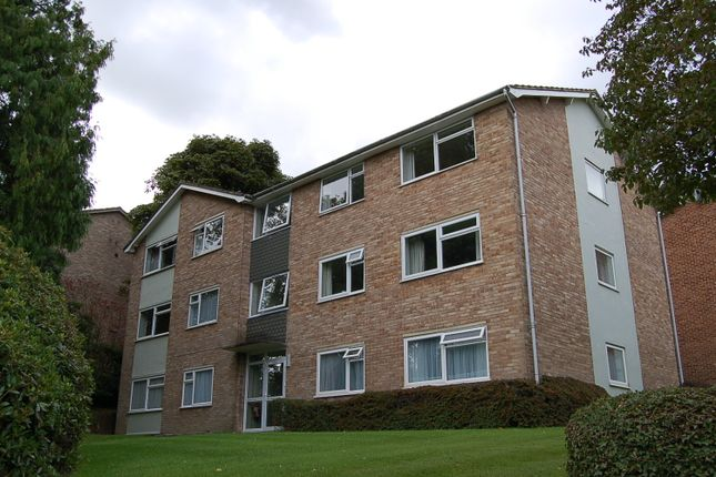 2 bed flat to rent in Sharrow Close, Haywards Heath RH16