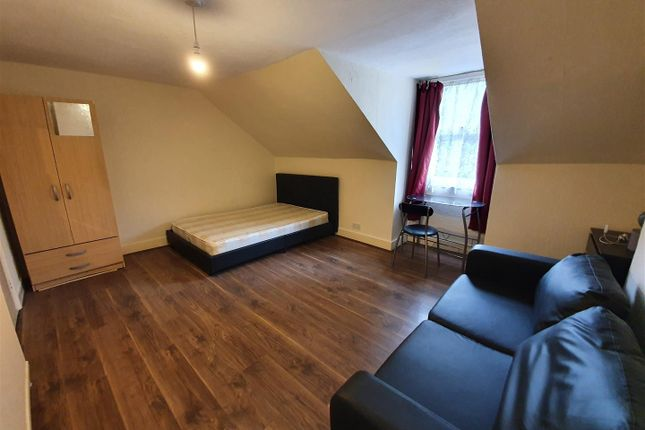 3 bed property for sale in Kirkton Road, London N15