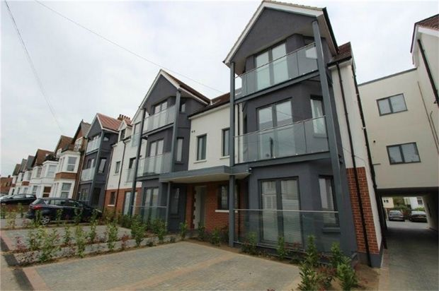 Thumbnail Flat to rent in Balmoral, Valkrie Road, Westcliff-On-Sea, Essex