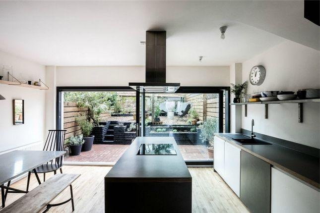 4 bed terraced house for sale in Grassmount, London
