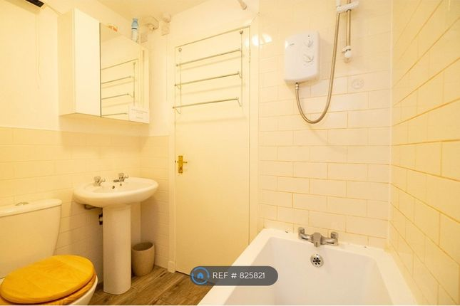 Bathroom of Whalers Close, Dundee DD4