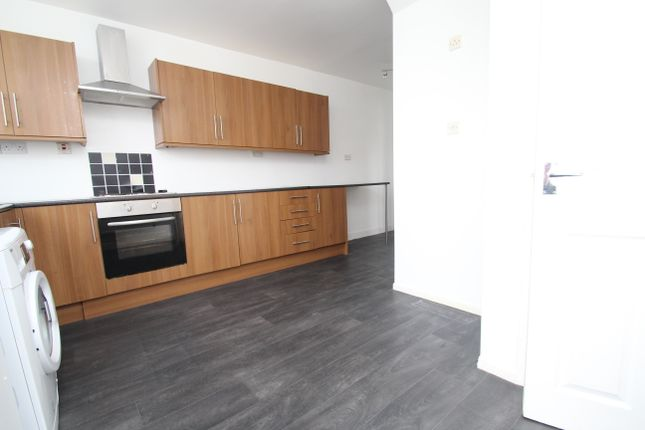 Thumbnail Town house to rent in Manor Farm Road, Leeds