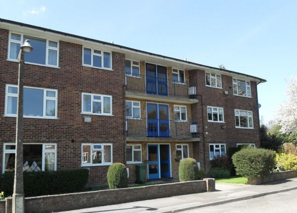 2 bed flat to rent in The Glebe, Horley