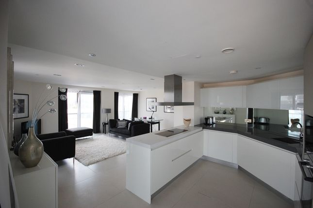 Thumbnail Flat for sale in Bezier Apartments, 91 City Road, Old Street, London