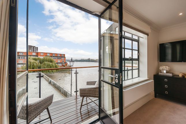 Thumbnail Flat to rent in Port Penthouse, Rainville Road, London