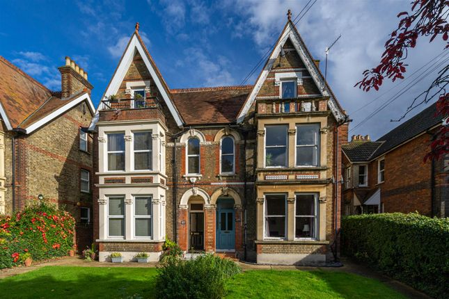 2 bed flat for sale in London Road, High Wycombe HP11