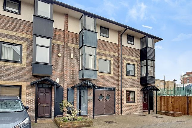 Thumbnail Flat to rent in Iron Monger Place, Isle Of Dogs, London