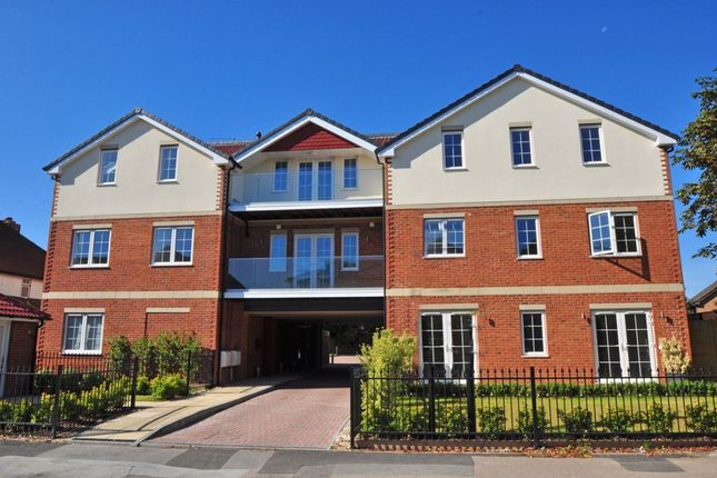 Thumbnail Flat to rent in Yew Tree Close, Craufurd Rise, Maidenhead