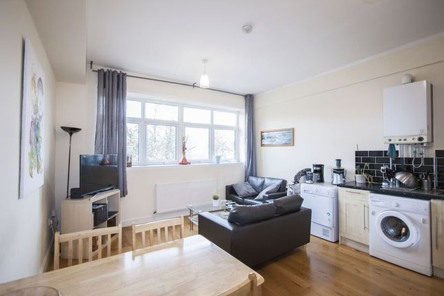2 bed flat to rent in Grosvenor Park Road, London
