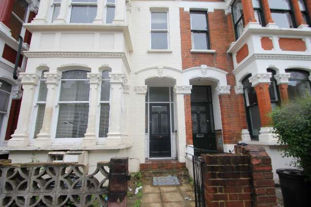 2 bed flat to rent in Yoakley Road, Stoke Newington