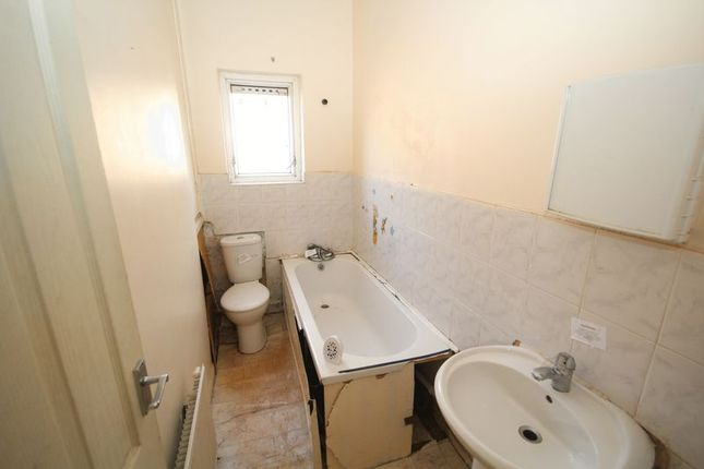 Bathroom of Abingdon Close, Rochdale OL11