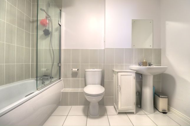 Bathroom of Grenham Court, Church Crookham, Fleet GU52