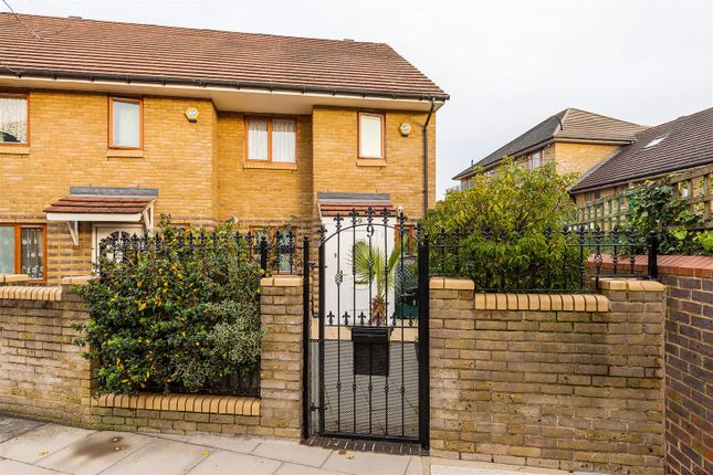 3 bed property for sale in Anglian Road, London E11