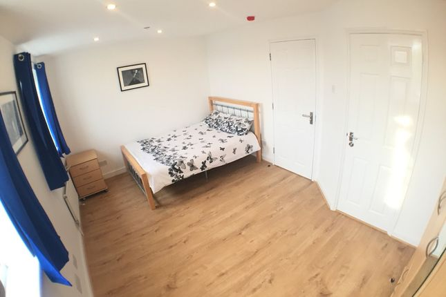 Thumbnail Shared accommodation to rent in Wheat Sheaf Cl, London