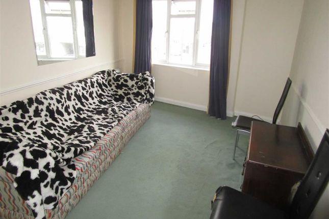 Thumbnail Flat to rent in Bath Road, Cippenham, Berkshire