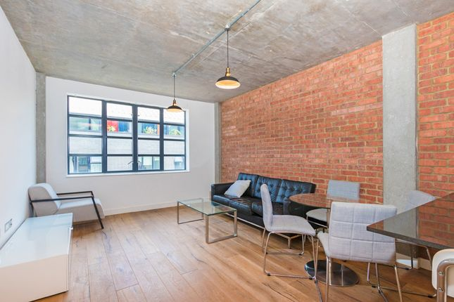 2 bed flat to rent in Westland Place, London