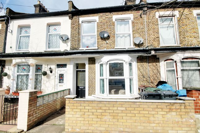 3 bed flat to rent in Westdown Road, London E15