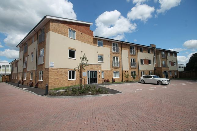 2 bed flat to rent in Thornton Close, Leatherhead KT22