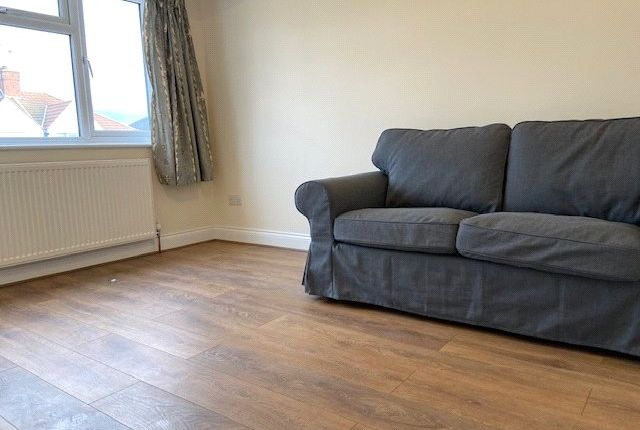 Flat to rent in Crowland Avenue, Hayes, Middlesex