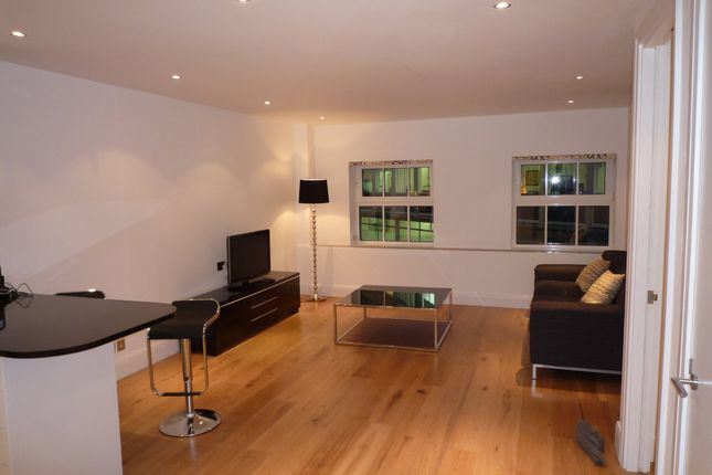Thumbnail Flat to rent in Barlow Place, London