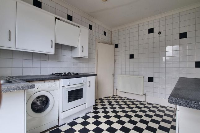 2 bed flat for sale in Mayes Road, Wood Green, London N22