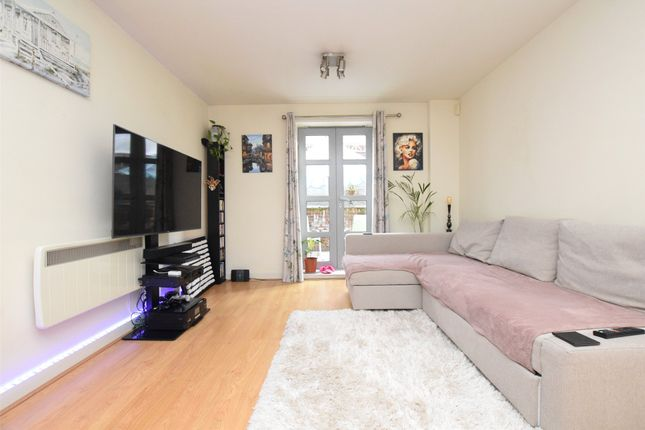 1 bed flat to rent in Hazeleigh House, Market Link, Romford, Essex RM1