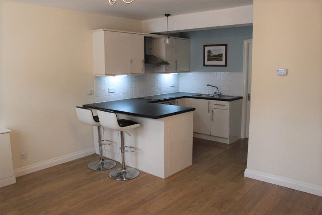 Thumbnail Flat to rent in Station Road, Hadfield, Glossop