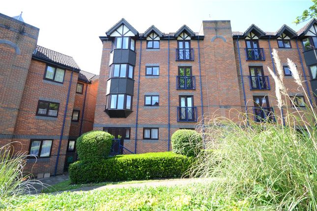 2 bed property for sale in Talbot Court, Reading, Berkshire