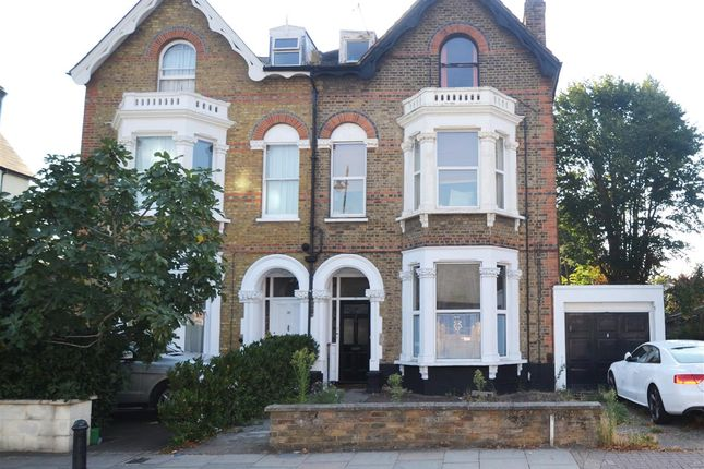 2 bed flat to rent in Queens Road, London