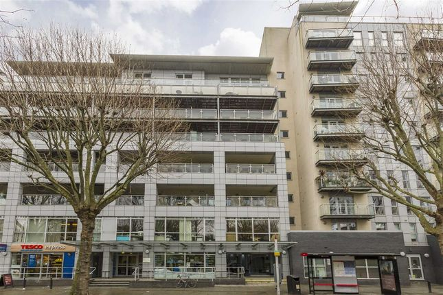 2 bed flat to rent in Southgate Road, London
