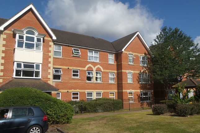 2 bed flat to rent in Cobham Close, Enfield EN1
