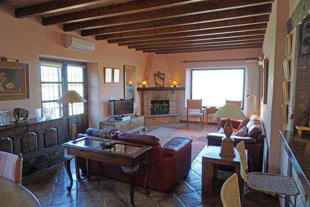 F105984_6_F105984 - Living Room 1A