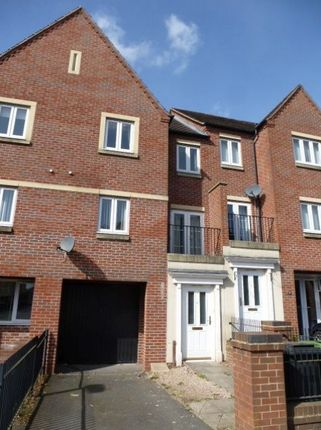 Thumbnail Town house to rent in Dunoon Drive, Wolverhampton