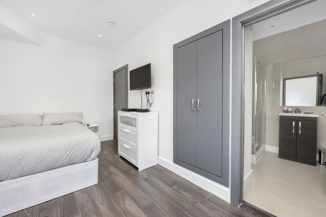 Thumbnail Room to rent in Woodside Green, London